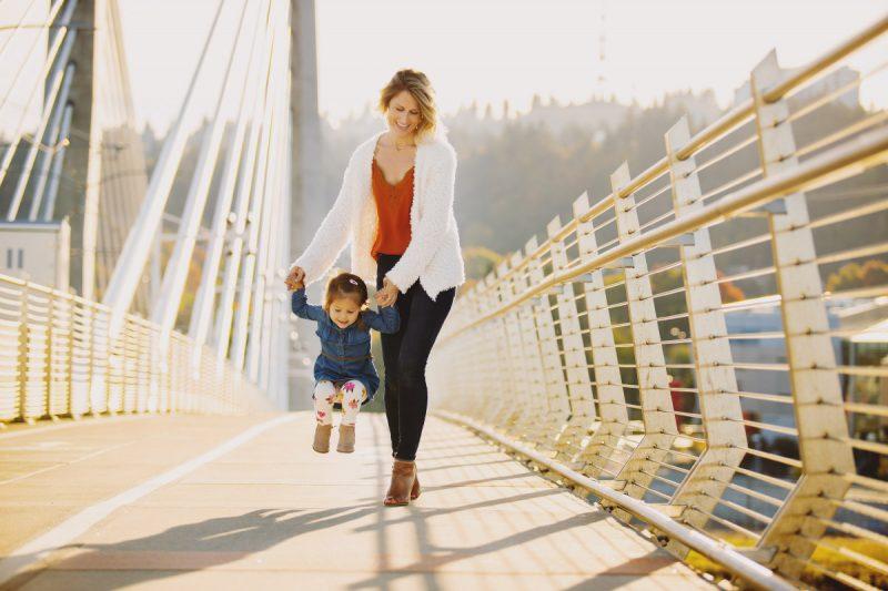 Photography Session on the Tilikum Bridge, Portland, Oregon | Liz Wade Photography | www.lizwadephoto.com